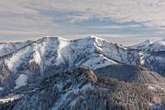 Sikter av den snöig Schoener Mann massiven från Schwarzenberg fotografering för bildbyråer
