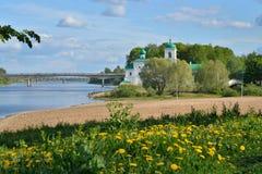 Sikter av den stora bron för flod, 50 år av Oktober, kyrkan Royaltyfria Bilder