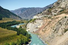 Sikter av den turkosKatun floden och de Altai bergen, Ryssland arkivfoto
