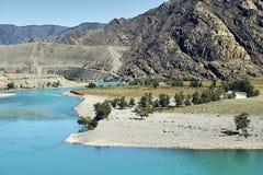 Sikter av den turkosKatun floden och de Altai bergen, Ryssland Royaltyfri Foto