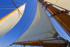 Sikter av det privat seglar yachten. Arkivfoton