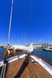 Sikter av det privat seglar yachten. Arkivfoto