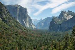 Sikter av El Capitan och halv kupol, Yosemite Arkivfoto