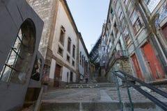 Sikter av en av gatorna i den historiska mitten av staden Royaltyfria Bilder