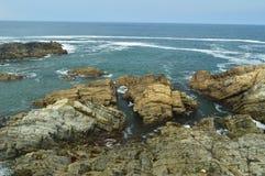 Sikter av fjärden med vågorna som bryter på dess, vaggar på Tapia De Casariego Natur lopp, rekreation royaltyfria foton