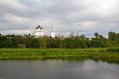 Sikter av floden Kamenka och den Alexander kloster Suzdal Ryssland Fotografering för Bildbyråer
