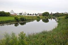 Sikter av floden och trät maler Royaltyfri Foto