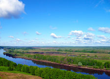 Sikter av floden som sträcker in i avståndet med berg Pojalovat Fotografering för Bildbyråer