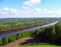 Sikter av floden som sträcker in i avståndet med berg Pojalovat Royaltyfri Foto