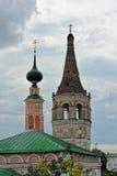 Sikter av gamla hus och kyrkor Fotografering för Bildbyråer