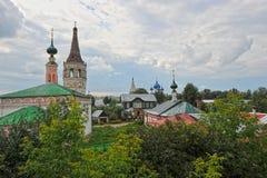 Sikter av gamla hus och kyrkor Arkivfoton