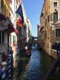 Sikter av kanaler i Venedig - gondoler i Venedig royaltyfri fotografi