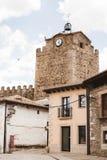 Sikter av klockatornet från byn, Buitrago de Lozoya, Madrid, Spanien royaltyfri fotografi