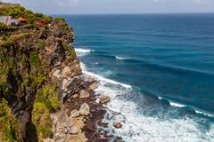 Sikter av Pura Luhur Uluwatu och Stilla havet, Bali, Indonesien Royaltyfri Fotografi