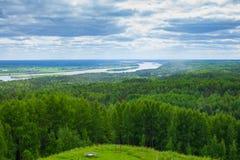Sikter av skogen och floden med berg royaltyfri foto