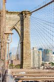 Sikter av skyskraporna av Brooklyn Heights från den Brooklyn bron i New York, Förenta staterna arkivbilder