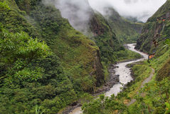 Sikter av spolning av den Pastaza floden och av rena berg Arkivbilder