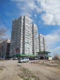 Sikter av staden av Volgograd bostads- och administrativa byggnader i byn Spartanovka, vår 2014 Royaltyfri Foto