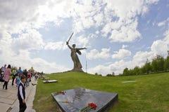 Sikter av statyn av fäderneslandet kallar Mamayev Kurgan Royaltyfri Foto