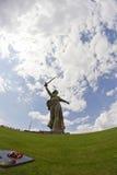 Sikter av statyn av fäderneslandet kallar Mamayev Kurgan Arkivfoto