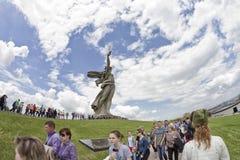 Sikter av statyn av fäderneslandet kallar Mamayev Kurgan Arkivbilder