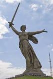 Sikter av statyn av fäderneslandet kallar Mamayev Kurgan Arkivfoton