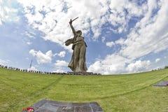 Sikter av statyn av fäderneslandet kallar Mamayev Kurgan Arkivbild