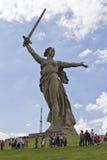 Sikter av statyn av fäderneslandet kallar Mamayev Kurgan Royaltyfri Fotografi