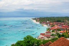 Sikter av turkoshavet och den tropiska ön Royaltyfria Bilder