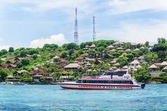 Sikter av turkoshavet och den tropiska ön Royaltyfri Foto