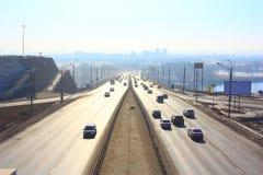 Sikter av vägbron över floden Väg huvudväg Många bilar Royaltyfria Bilder