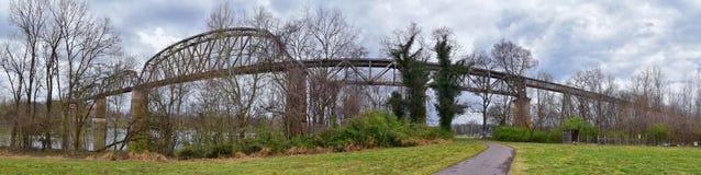 Sikter för drevspårjärnvägsbro längs Shelby Bottoms Greenway och det naturliga området över Cumberland River fasadslingor, musik  royaltyfri fotografi