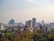 Sikter för koloniinvånareChapultepec slott av Mexico - staden, kulle, parkerar, byggnader Royaltyfri Fotografi