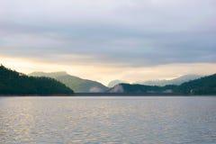 Sikter för för morgonsolvatten och berg Arkivfoton