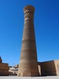 Sikter från forntida stad av Bukhara: minarettorn under blå himmel Royaltyfria Bilder