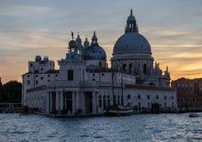 Sikter längs Grand Canal av Venedig på solnedgången fotografering för bildbyråer