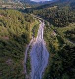 Sikter som visar höga berg, floder, skogar, dalar och det alpina landskapet av La Fouly i kantonen av Valais, Schweiz fotografering för bildbyråer