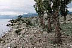 Sikts?ppning p? den Chirkei beh?llaren fr?n kusten Berg i bakgrunden av den molniga himlen Sulak kanjon, Dagestan royaltyfri fotografi