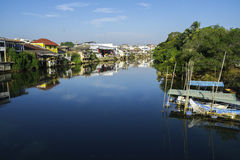 Siktsbildhus längs floden namnger Chantaboon i Chanthaburi Thailand Royaltyfri Fotografi