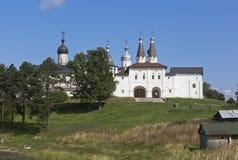 SiktsFerapontov kloster från sjökusten Ferapontovo by, område av Kirillov, Vologda region, Ryssland royaltyfri foto