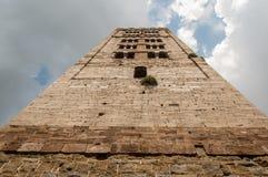 Siktsform under av en medeltida italiensk tornklocka royaltyfri bild