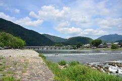 Siktslandskap av den Togetsukyo bron över den Oi floden på Arash Arkivbilder