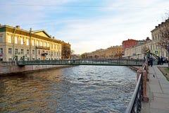 SiktsPochtamtsky bro över den Moika floden i en solig dag I Royaltyfria Foton