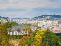 Siktspunkt av den Nagasaki staden från Gloverträdgård Royaltyfri Foto