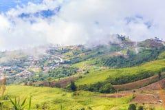 Siktspunkt med bergmist och dimmavägen Arkivfoton