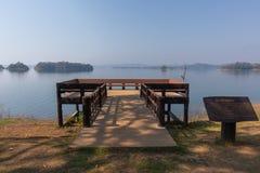Siktspunkt och sittande stol på Pom Pee Khao Leaem National Park, Kanchanaburi, Thailand royaltyfri foto