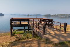 Siktspunkt och sittande stol på Pom Pee Khao Leaem National Park, Kanchanaburi, Thailand fotografering för bildbyråer