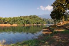 Siktspunkt och sittande stol på Pom Pee Khao Leaem National Park, Kanchanaburi, Thailand arkivbild
