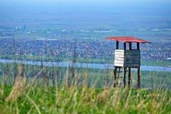 Siktspunkt upp till kullen med landsbygder runt om floden royaltyfri bild