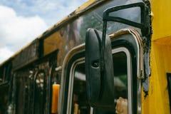 Siktsspegeln på sidan av apparaten låter chauffören till safet Arkivbilder